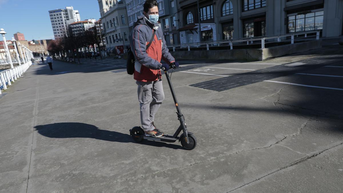 Un usuario de patinete eléctrico por Fomento.