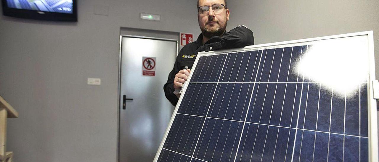 Javier Fernández Font, en las instalaciones de Alusín Solar en el Parque Empresarial Principado de Asturias.