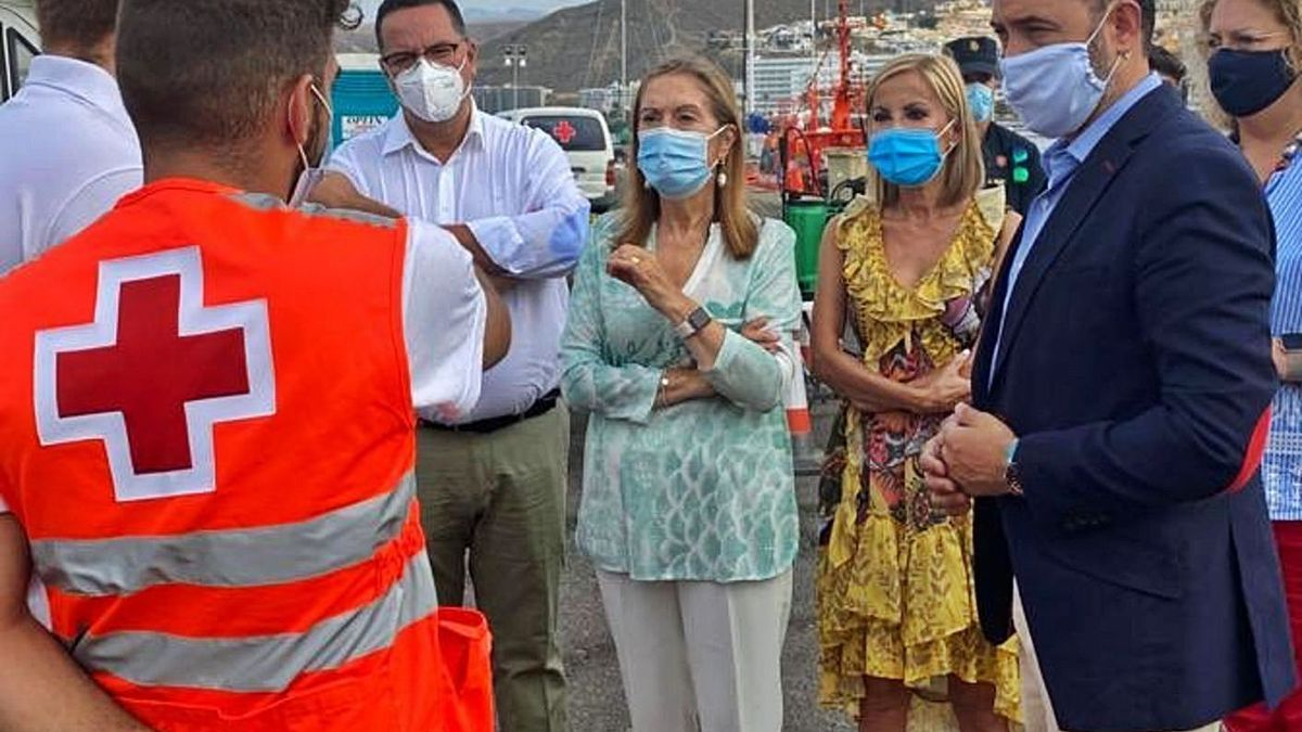 Ana Pastor, ayer, en el muelle de Arguineguín junto a Poli Suárez, Australia Navarro, Guillermo Mariscal y Auxiliadora Pérez.