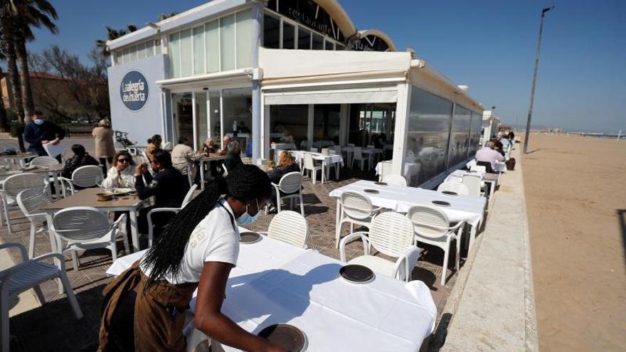 Sanidad quiere las mismas medidas de los interiores de bares para las terrazas cerradas