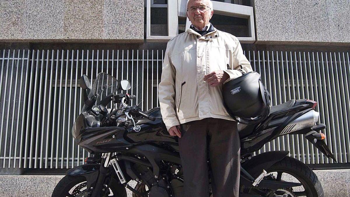 Tomás Cerra, delante de su moto, en una imagen de 2011.