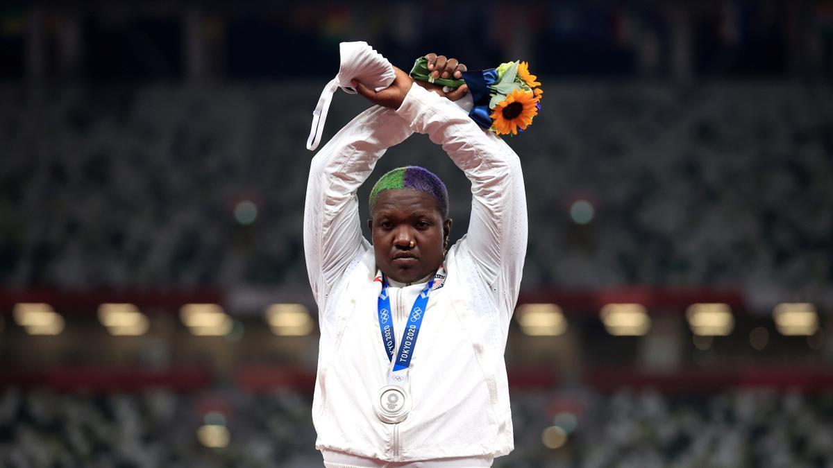Raven Sauders, medallista olímpica en los Juegos de Tokio 2020.