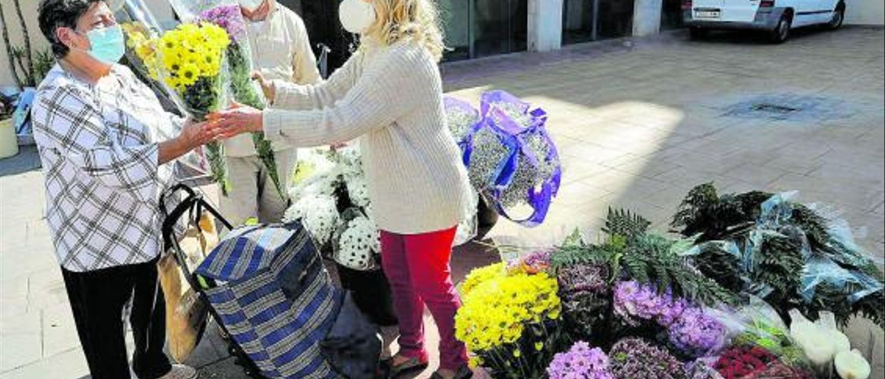 Una imagen de la venta de flores en el exterior del mercado de Sagunt. | DANIEL TORTAJADA