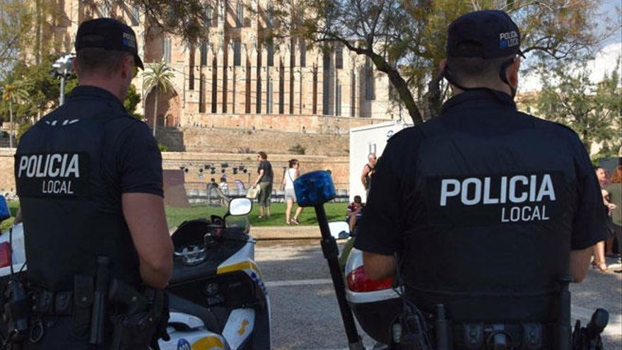 Policías locales de Palma salvan la vida a un joven que iba a tirarse por un balcón