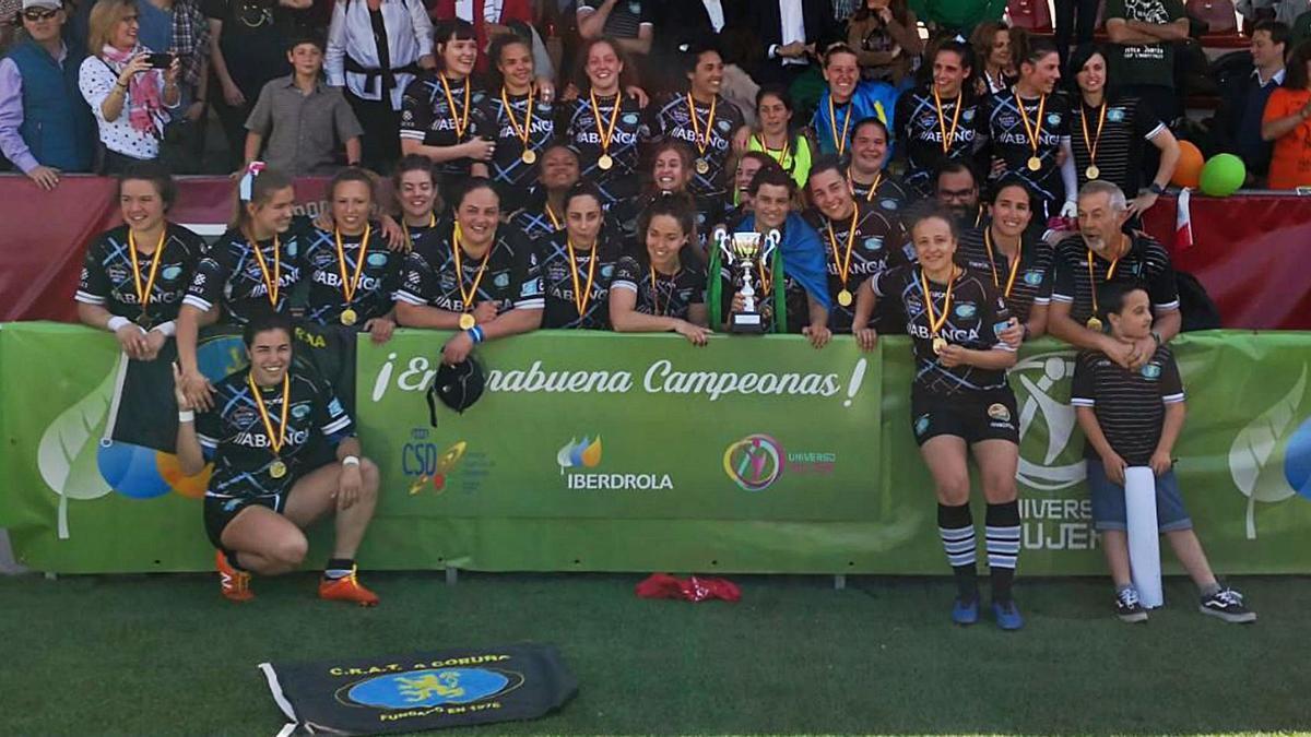Las jugadoras del CRAT posan con la copa y el cartel de campeonas de  División de Honor. |  // DIEGO DOLAN