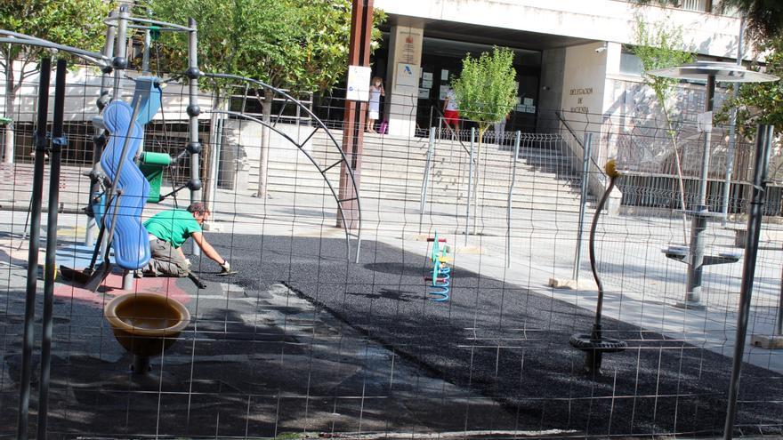 Los parques infantiles de Zamora renuevan su suelo de caucho