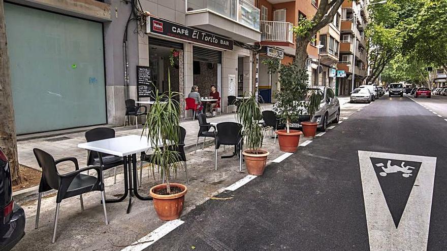 Las terrazas podrán seguir ocupando el parking de los coches frente a sus locales