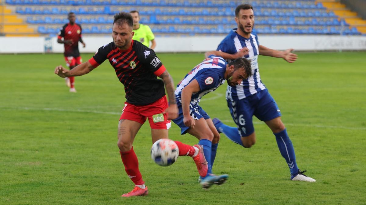 Borja intenta sortear la presión de su marcador.