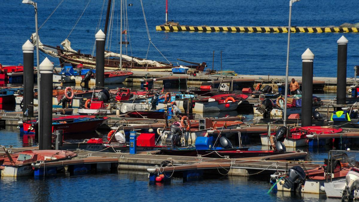 Embarcaciones amarradas en el muelle de A Illa
