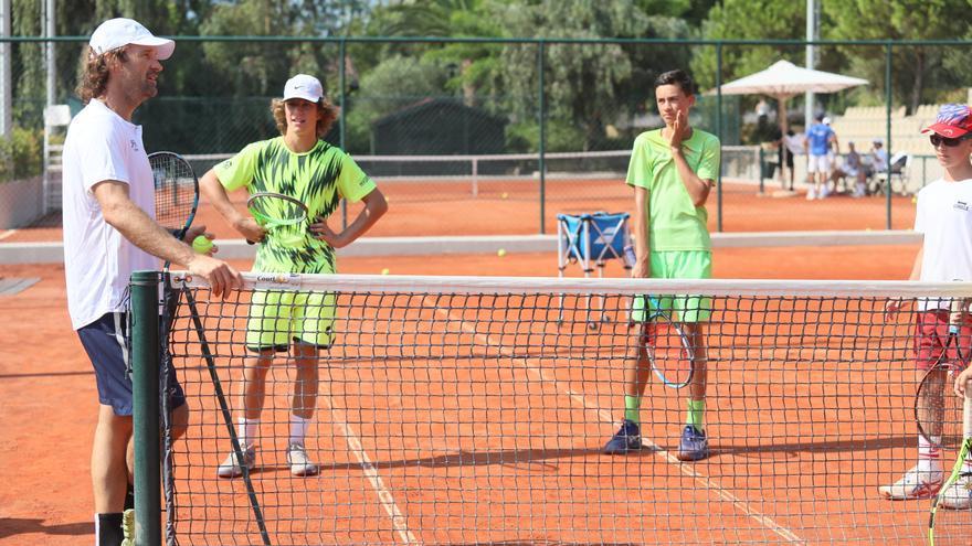Carlos Moyá visita el Rafa Nadal Tennis Centre de Grecia