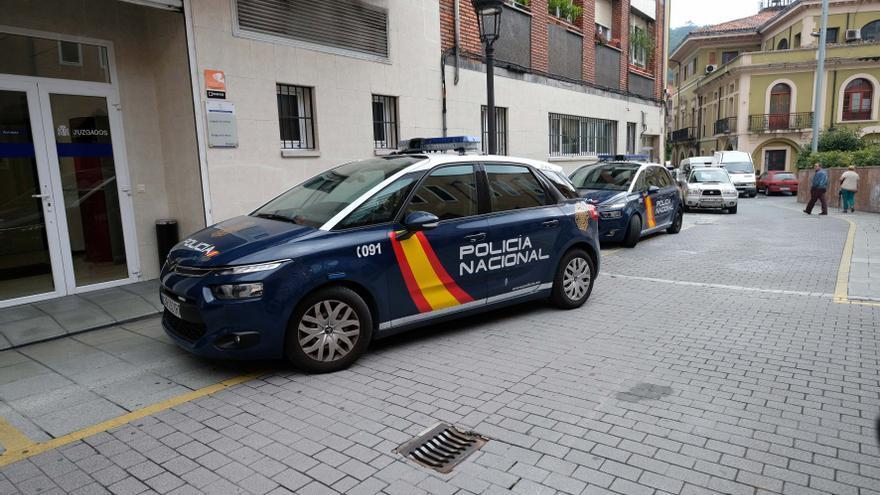 A juicio cinco hombres por amenazar con bates y navajas a unos vecinos en Langreo