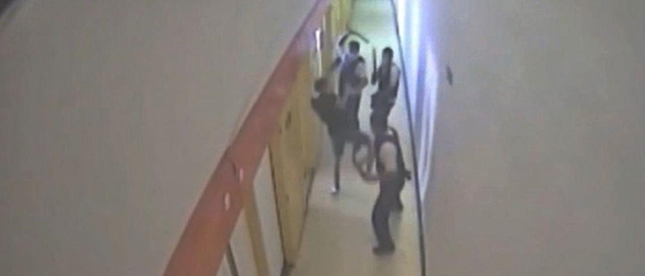 Fotograma del vídeo del incidente de los funcionarios con un preso.  