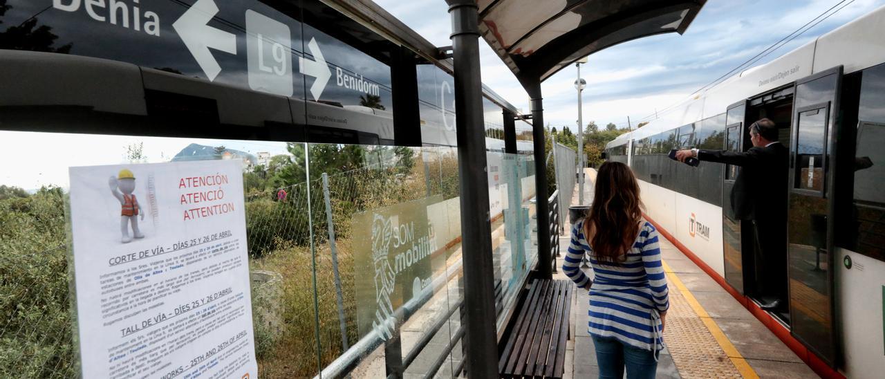 Imagen de uno de los trenes que cubren al línea Benidorm-Dénia