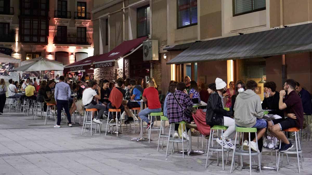 Ambiente en una calle de bares de Santander antes del cierre nocturno, a principios de julio. /