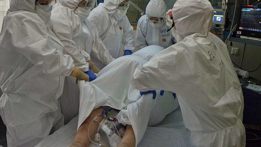 """La UCI, más cerca de librarse del virus, avisa: """"Nadie está libre de pasar por aquí"""""""