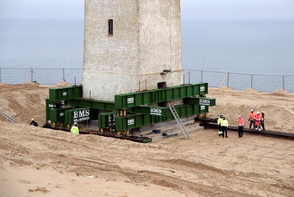 Dinamarca traslada un faro histórico para salvarlo del avance del mar.