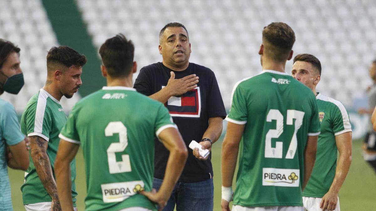 Germán Crespo, durante una de las pausas para hidratación en el Córdoba-Marbella.