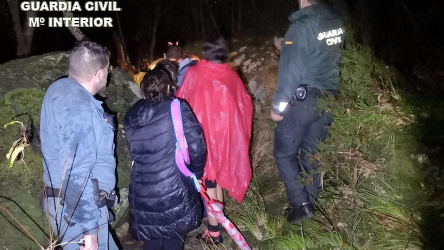 La Guardia Civil rescata a 14 senderistas que se habían perdido en el río Verdugo