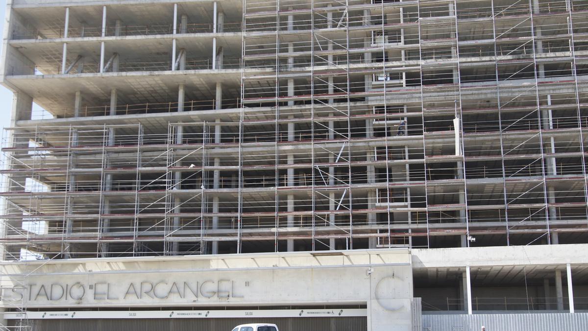 Andamos en el exterior de la preferencia de El Arcángel para la colocación de la valla publicitaria.