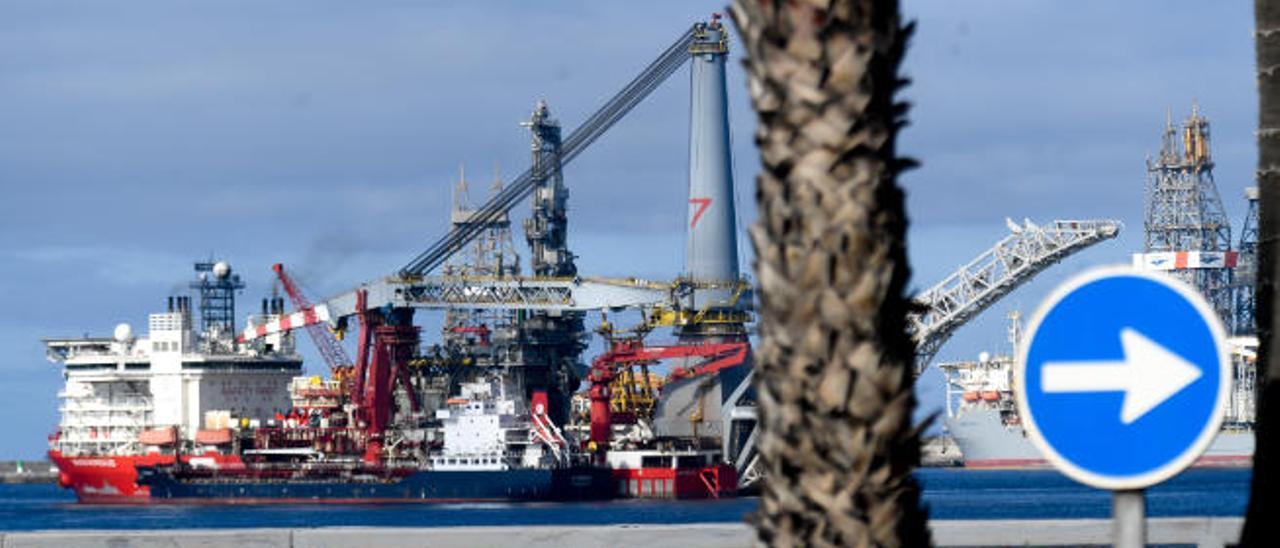 El cablero 'Seven Borealis' recibe combustible en fondeo en el Puerto de La Luz a comienzos de abril.