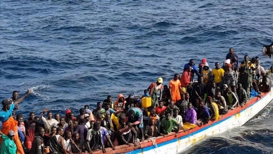 Mueren tres inmigrantes al volcar una patera que llegó a la costa de Almería