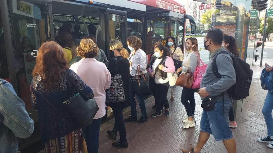 Aglomeraciones en las paradas del bus por la huelga de la EMT
