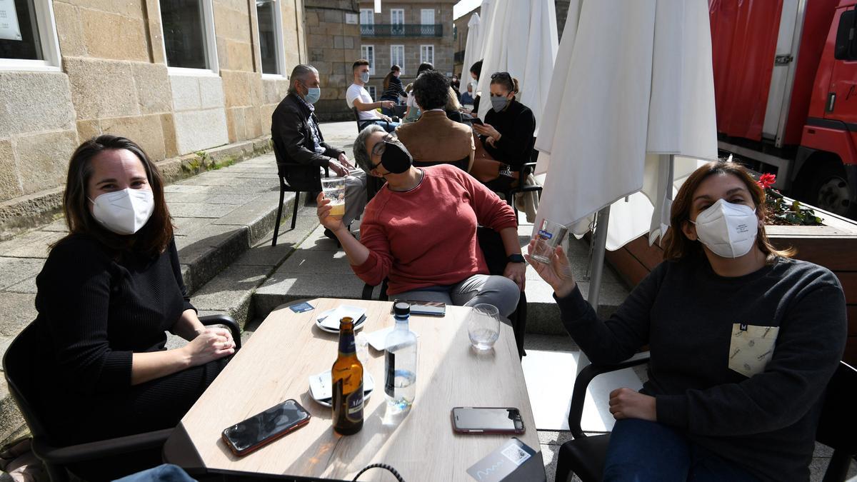 Un grupo de jóvenes toman algo en una terraza de Pontevedra