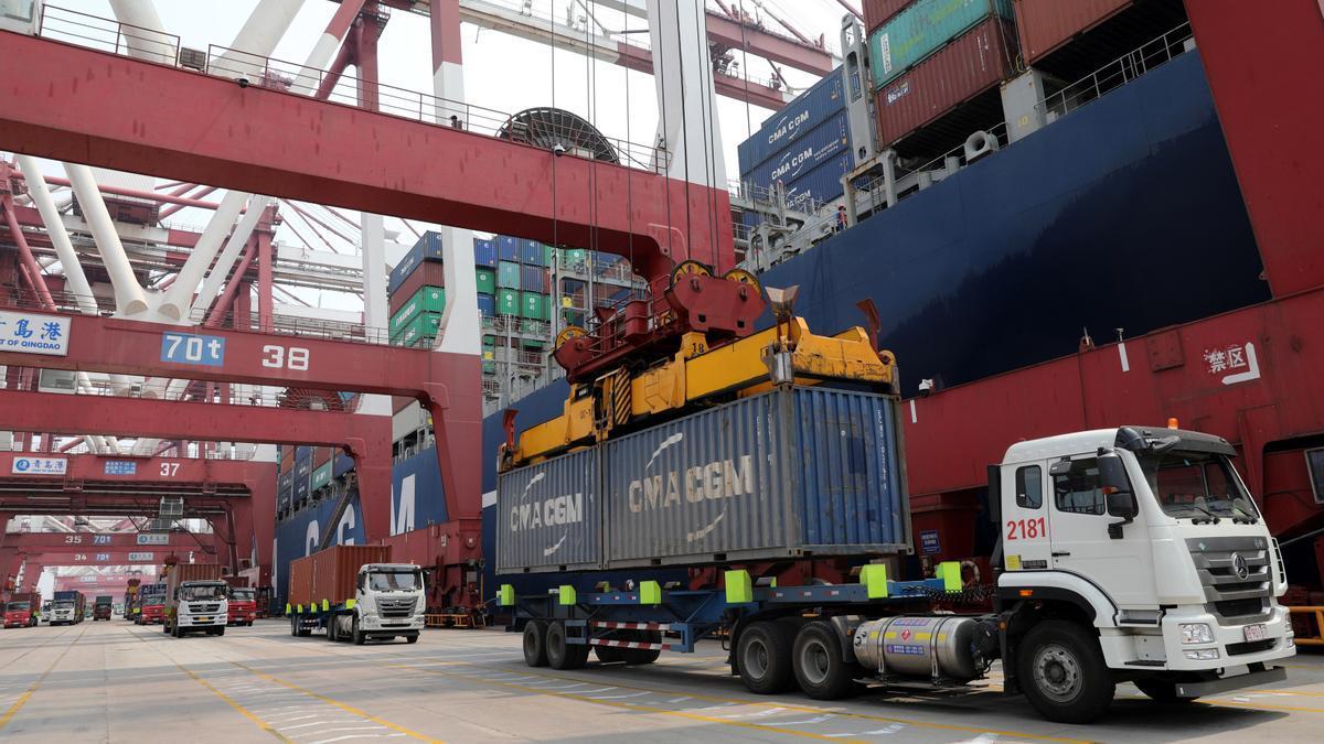 Camiones cargan mercancía en un puerto