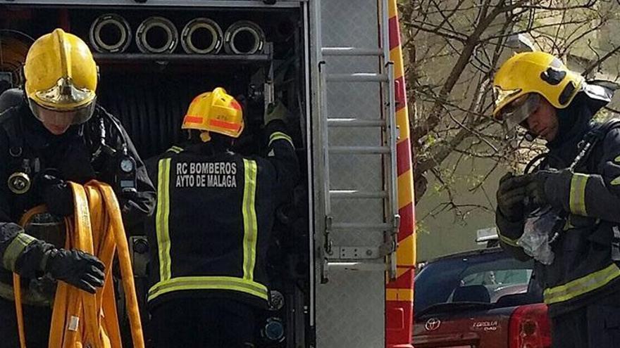 Encuentran dos cadáveres tras sofocar un incendio en una vivienda de Málaga