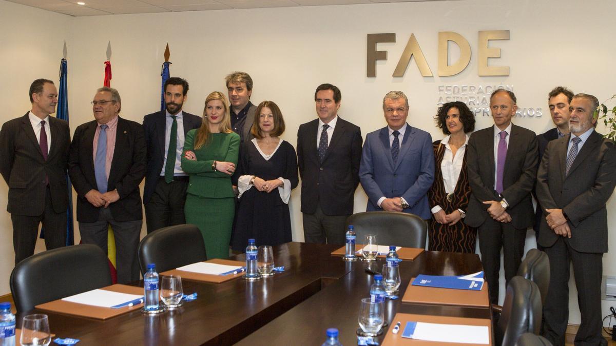 Los miembros del comité ejecutivo de FADE, con el presidente de la CEOE, Antonio Garamendi, en una foto de archivo