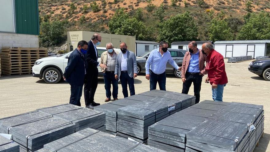 El presidente de la Diputación visita las pizarreras de Riofrío de Aliste