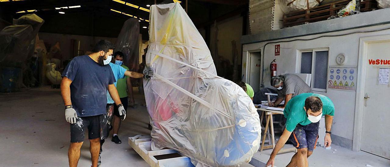 Traslado de fallas enpaquetadas desde un taller a Feria València, el pasado septiembre. | M. A. MONTESINOS