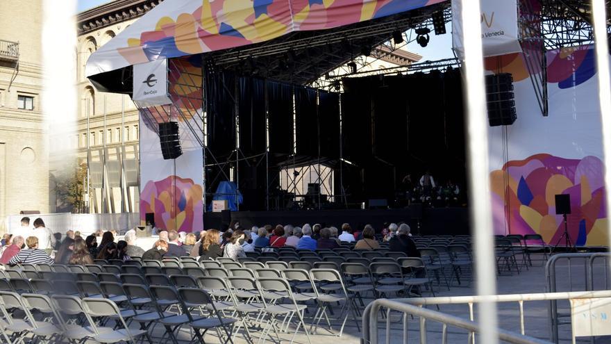 La malla de ocultación del escenario de las jotas en la plaza del Pilar ya se ha retirado