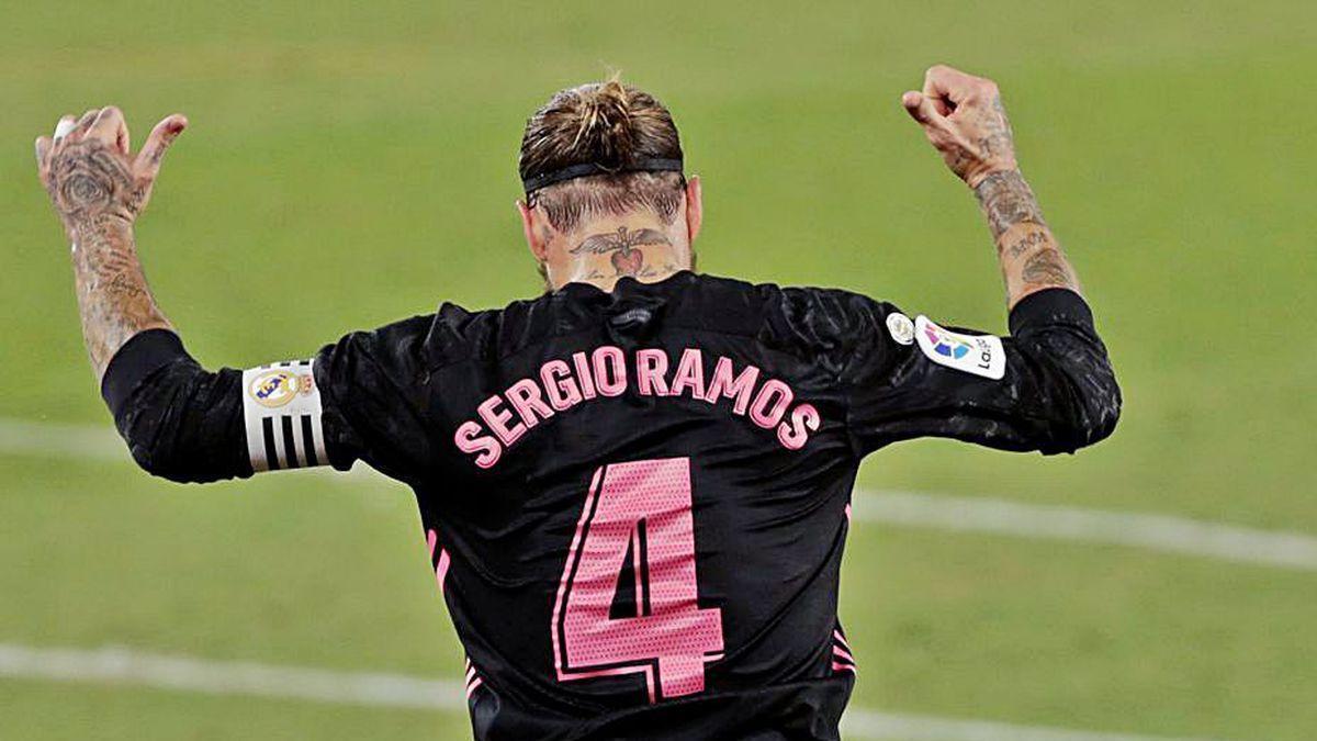Sergio Ramos se señala el nombre en la celebración del tercer gol.