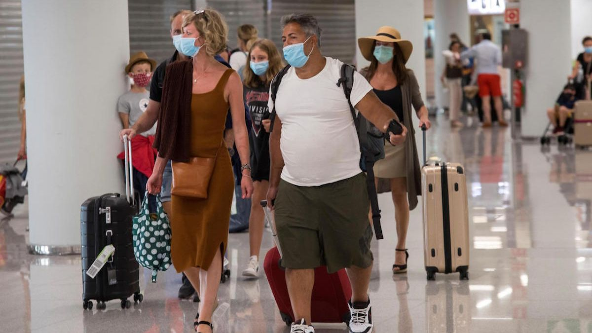 Turistas llegando este domingo al aeropuerto de Palma.