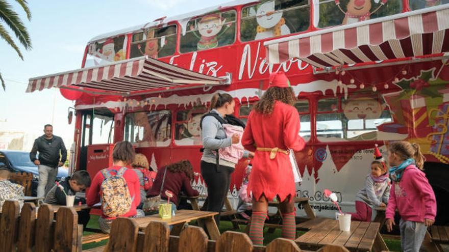 La guagua navideña de Papá Noel recorre las calles del municipio