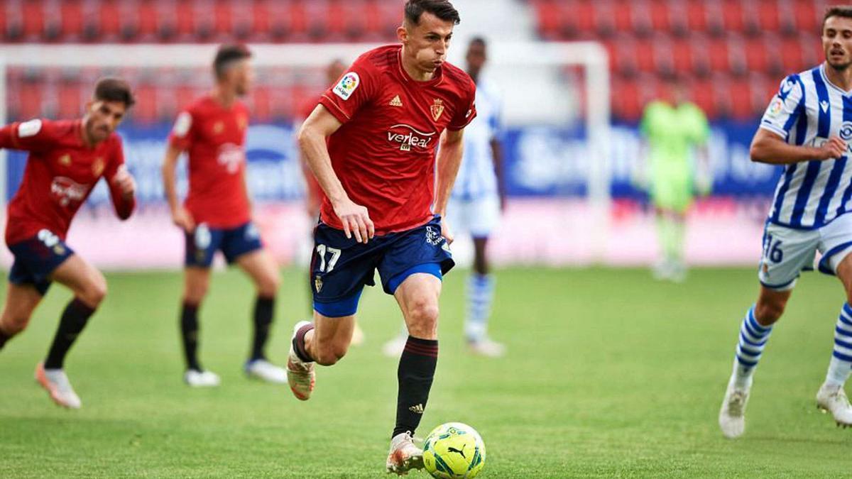 Ante Budimir conduce el balón en el último partido de la temporada ante la Real Sociedad.