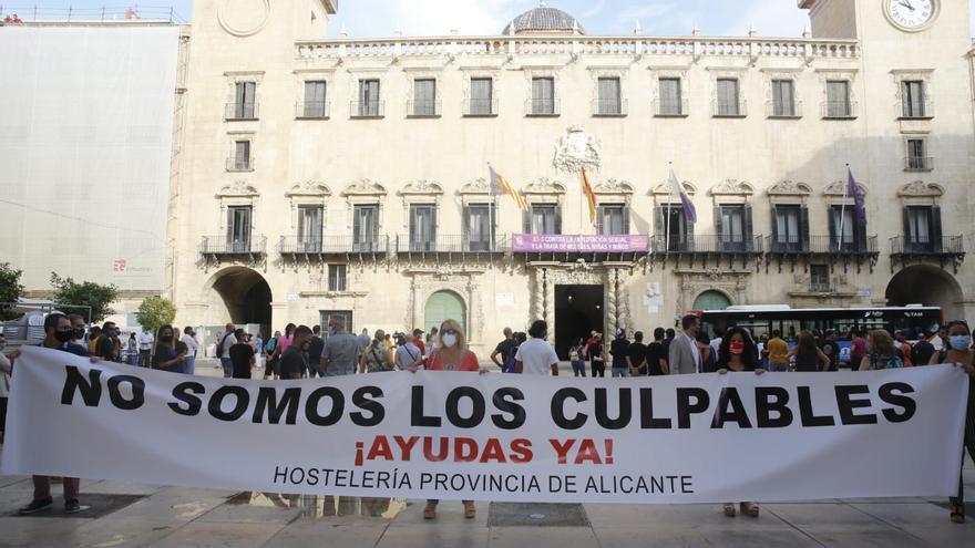 Protesta de los hosteleros frente al Ayuntamiento de Alicante