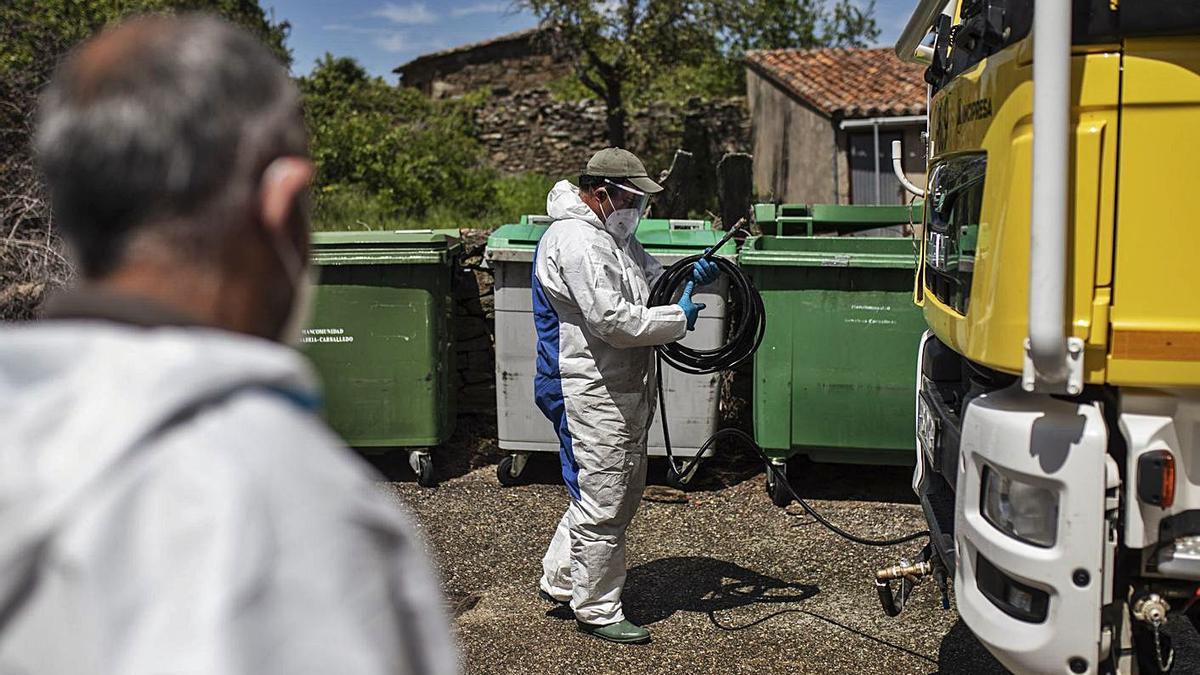 Tareas de desinfección en los pueblos durante el Estado de Alarma. | Emilio Fraile