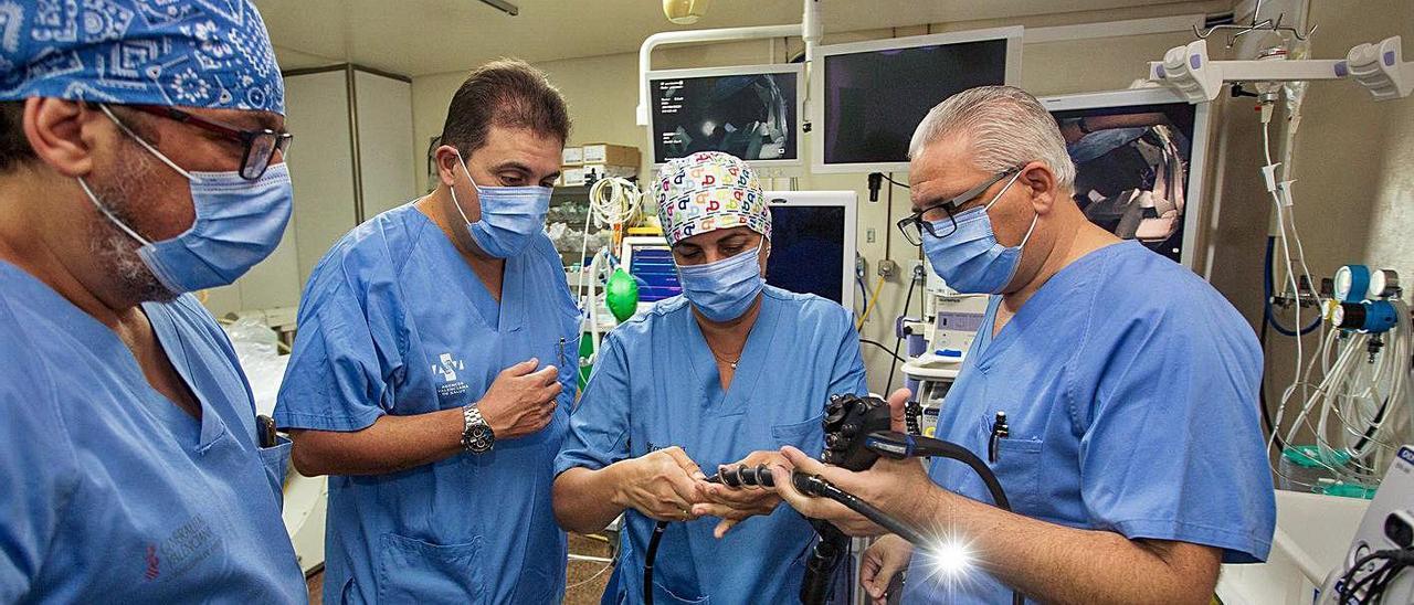 Miembros de la Unidad de Endoscopia Digestiva, con el nuevo enteroscopio.