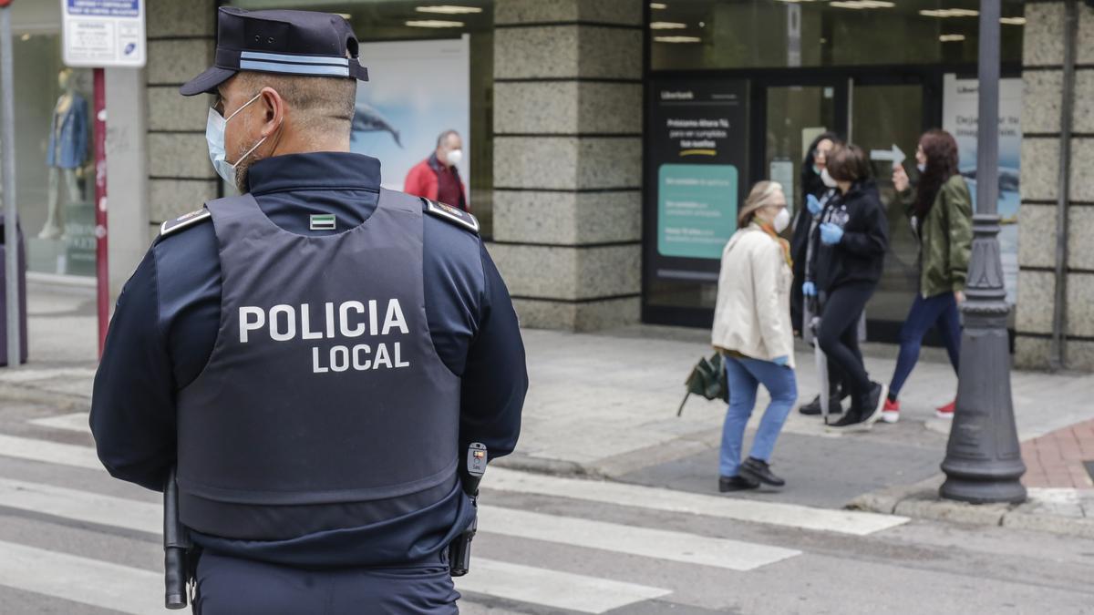 Un agente de la policía local en Cáceres.