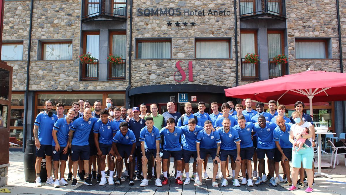 La plantilla de la SD Huesca posa a las puertas del hotel donde han estado alojados en Benasque