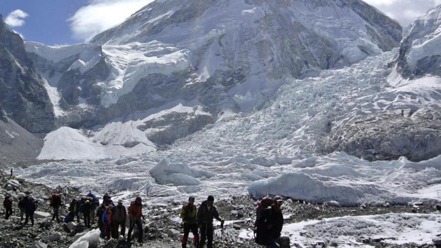 Nepal cierra el Everest y suspende todos los visados