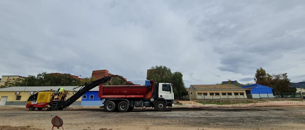 El comienzo de las obras para mejorar el aparcamiento del polígono Almafrá de Elda.