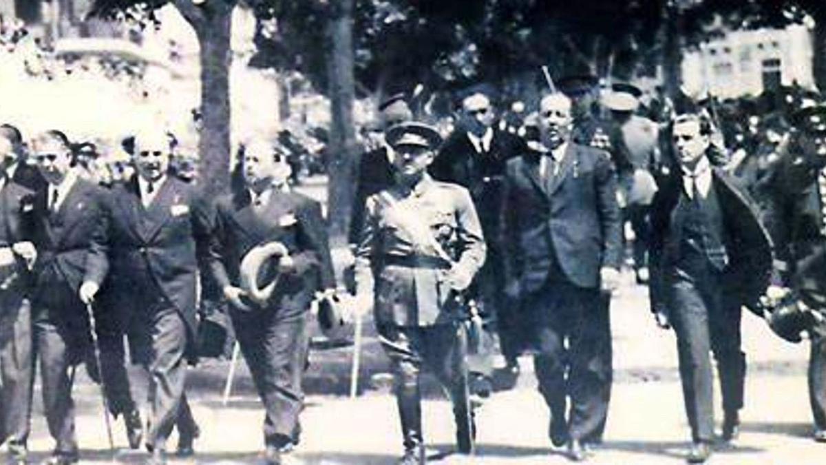 Franco, flanqueado por el alcalde de Santa Cruz, José Carlos Schwartz, y el gobernador civil, Manuel Vázquez Moro.| m.schwartz