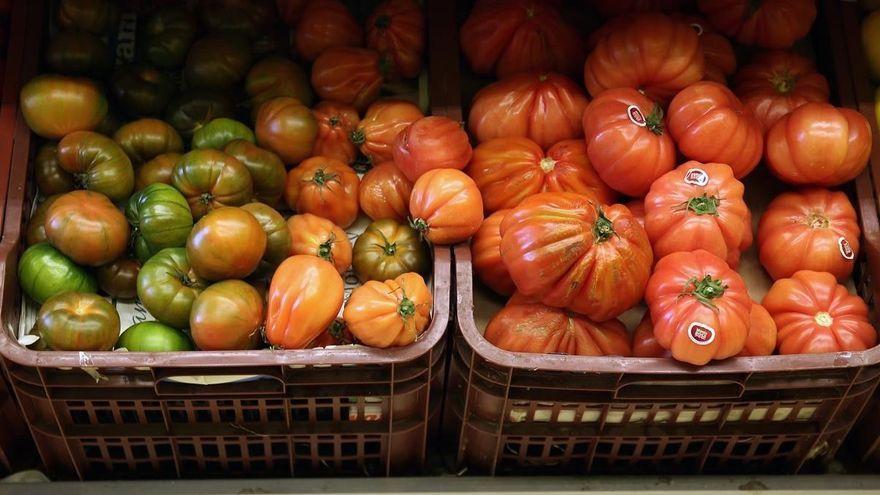 Cierran un comercio que rociaba la fruta con insecticida