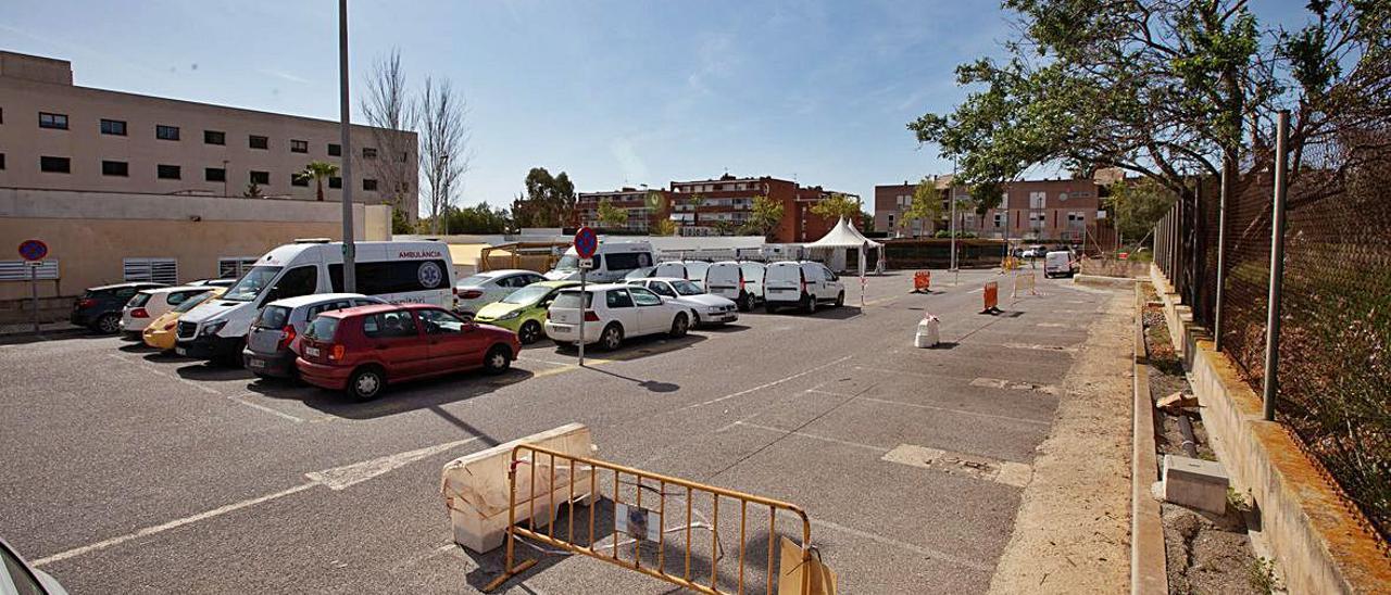 Buena parte del 'parking' del viejo Can Misses está vallado.