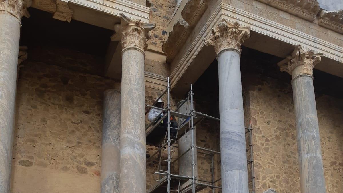 Los bomberos retiran un enjambre de abejas del teatro romano