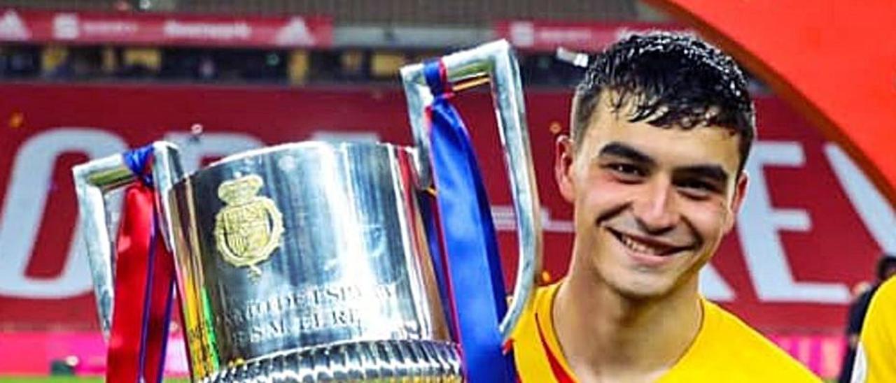 Pedro González López 'Pedri' posa con la Copa del Rey conquistada en Sevilla. | | LP/DLP