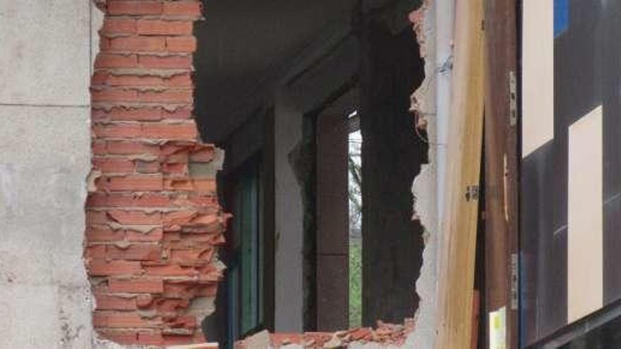 Comienza el derribo del antiguo Instituto de Cangas de Onís, desalojado hace cinco años